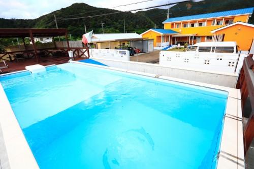 施設の前には、プールも併設。