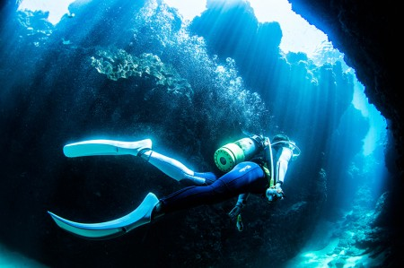 水深6m ほどのところにあるクレバス。光のシャワーが美しい
