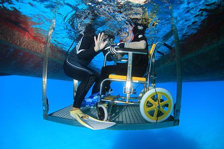 リフトに乗ったまま水中へエントリー