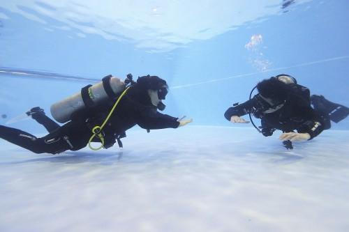 水中でウエイトバランスを確認し、バランスが悪ければ微調整する。レジャーダイビングではここまでバランスにこだわることがないので手間にも思えるが、逆に、一度自分に合わせたバランスを調整しておくと、その後の水中活動が快適になる