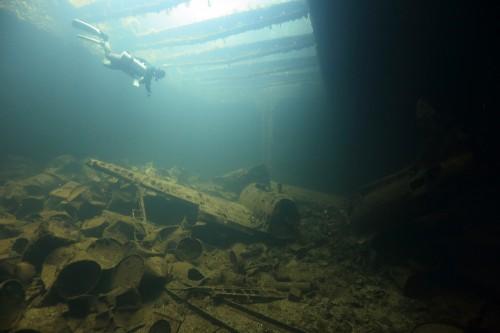 「富士川丸」の船倉に積まれている航空機(ミクロネシア・チューク)