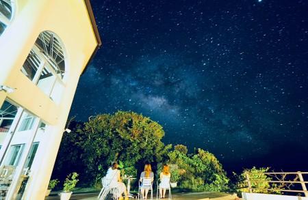 円形のイルマーレのレストランと星空