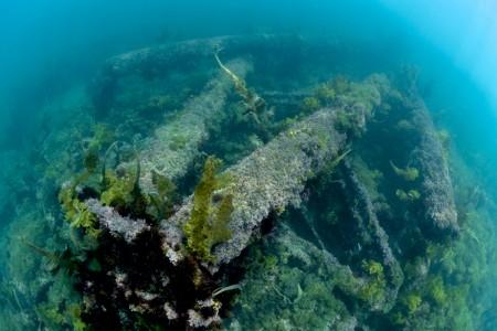 岩山から採掘されコンクリートを海へ運ぶための設備が崩れ落ち、海に横たわっている