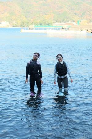 海の中ではバディの存在が心強い。必ず2 人以上で入り、お互いに助け合うこと。