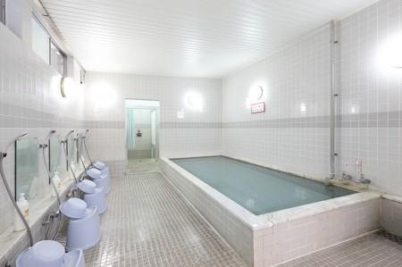 冷えた体を温めるゆったりした浴槽