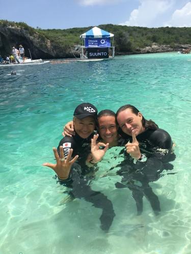競技ではライバルでもお互い切磋琢磨する仲間たち(左から、hanako,アレッシア、アレンカ選手)全員105mの潜水経験があるフリーダイバー