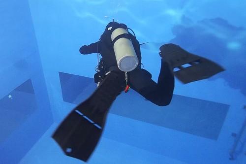 左回転の場合、左足で踏ん張って、右足でフィンを引き上げる