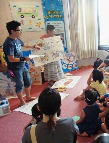 7月に岐阜県内池田町図書館で行われた「ラララさめのくに絵本の読み聞かせイベント」の様子です。