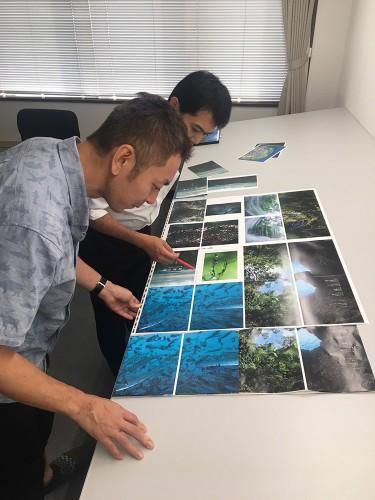 北海道の印刷工場で最終の印刷立会いを行なっている様子