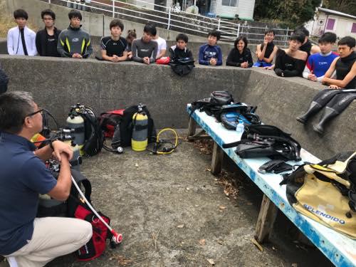 メーカーの説明を聞き入る学生ダイバーたち。ダイビングに対しては真面目。