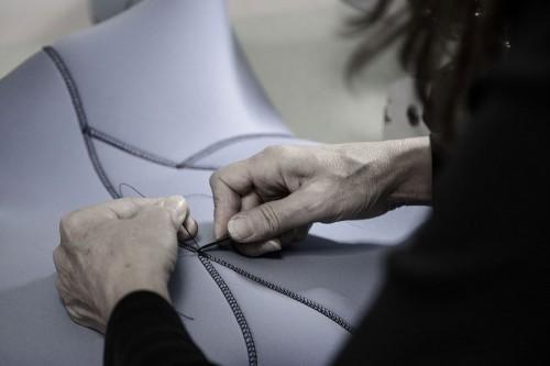 職人の手によって、1着1着、丁寧に裁縫される