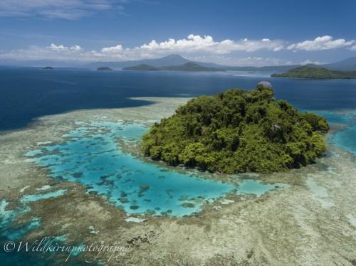 ダイビングポイントへの移動中にキンベ上空をドローンで撮影。サンゴに囲まれた無人島
