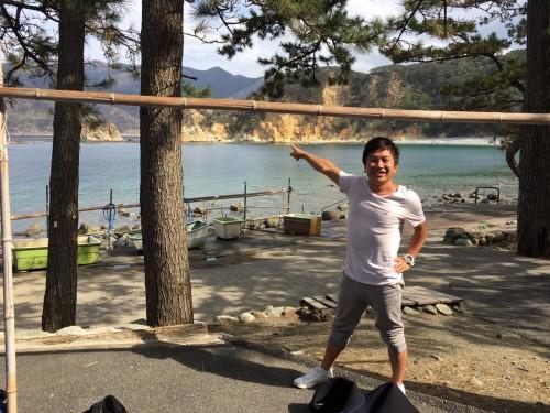 ベタなぎの黄金崎ビーチと、元気いっぱいの村井さん