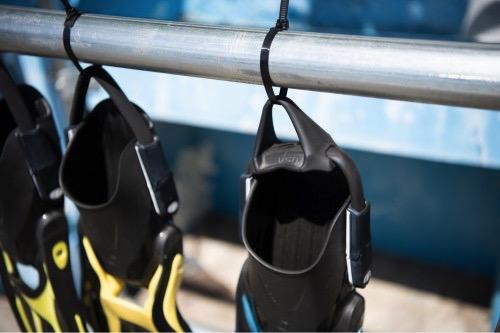 タバタではフィンを屋外に吊るして耐候性を確認している
