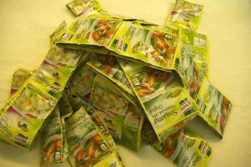 シニガンスープの素。エビ味とブタ味を購入。