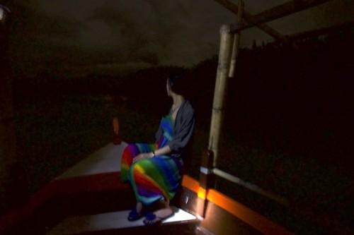 船で夜の川を進みます。