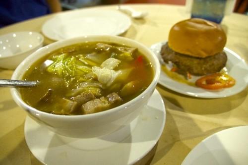 豚のシニガンスープ(バリカサグリゾートで撮影)