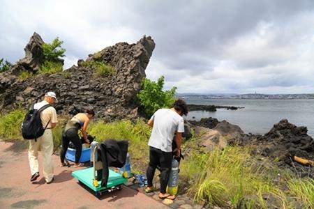 溶岩の海岸からエントリーするダイビング