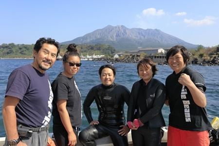 桜島をバックにSB のスタッフ集合写真