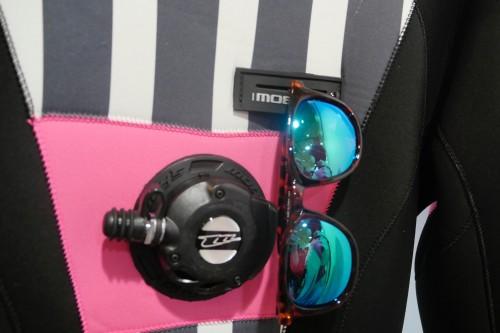 グラスホルダーでサングラスも掛けられる!