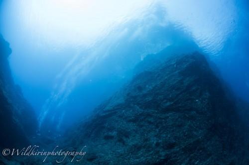 黒潮の分流のおかげで透き通った青い海が火山島の美しい地形を引き立てる