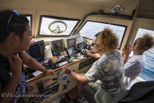 操船室で魚群探知機のモニターを見ながらエントリーポイントを確認している様子