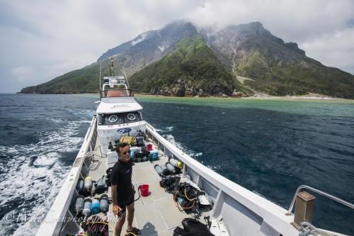 青い海から温泉の成分によって段々と変わっていくグラデーションは硫黄島ならではの光景
