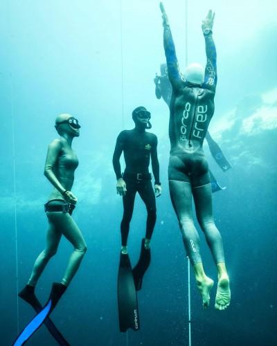 選手を取り囲むように浮上するセーフティーダイバー。彼ら自身も40mを2枚フィンで軽々と潜るテストにパスする必要がある