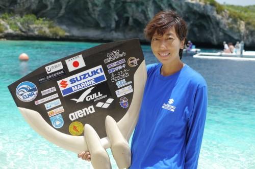 多くのスポンサーの応援を受ける岡本美鈴選手。フィンにはステッカーがびっしり