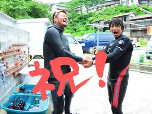 固い握手を交わす山崎さん(左)とむらいさん(右)