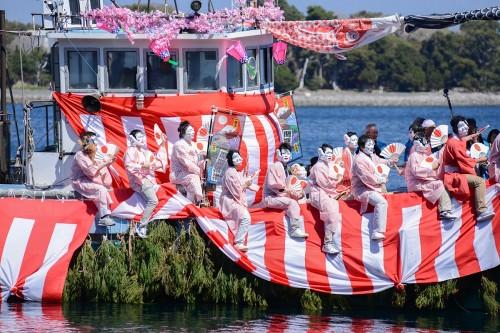 船に乗っているのは女装した男性(撮影/堀口和重)