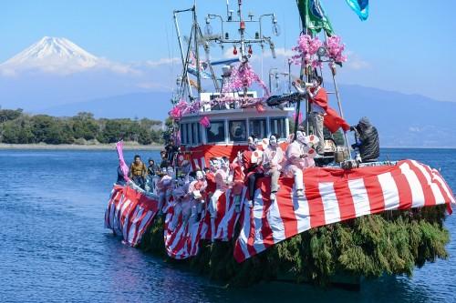 大瀬崎参拝にくる船(撮影/堀口和重)