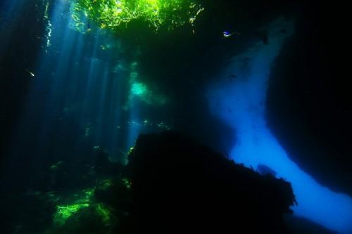 光のカーテンと水面に反射するブルーに包まれた