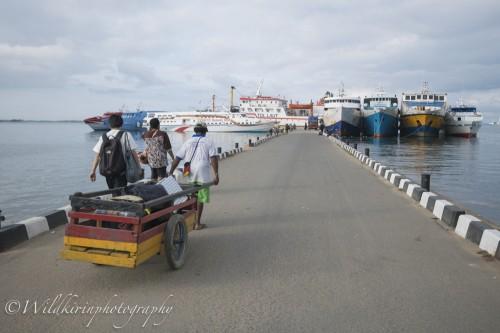 ソロンの港の駐車場からは徒歩なので荷物の多い人は近くのポーターにお願いすることができる