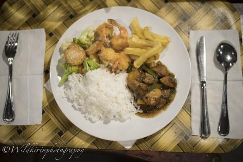 夕食はバイキングスタイルとなっているので好きなだけインドネシア料理を楽しめる