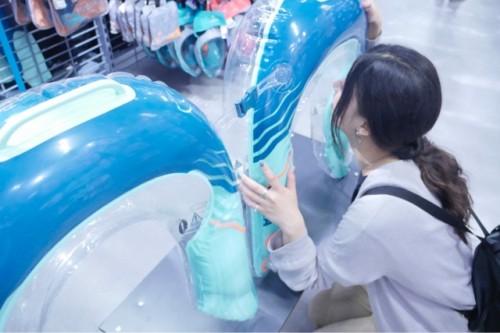 水中が覗ける浮き輪。バックルで繋げてはぐれるのを防止できる。