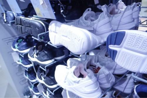 全ての靴に、ウォーキングの負担にならないよう靴底の指の付け根部分に切り込みがある。