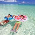 澄んだ美しい海と仲の良い姉弟
