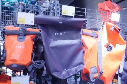 防水バッグもさまざまな大きさが展開されている。