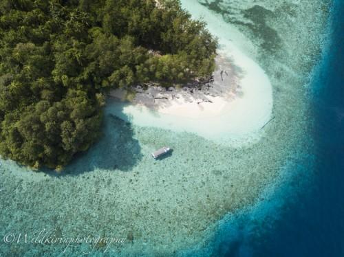 水面休息では美しいミオスコン島に上陸することができる