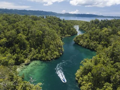 まるで川にように流れている島と島の間の水路「パッセージ」