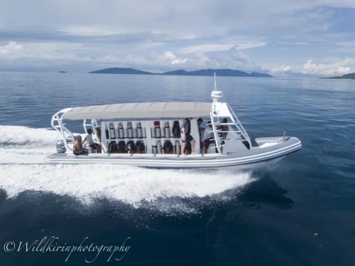 全長10mもある22二人乗りのボートには250馬力のエンジンを2つ搭載しているのでダイブサイトまであっという間だった