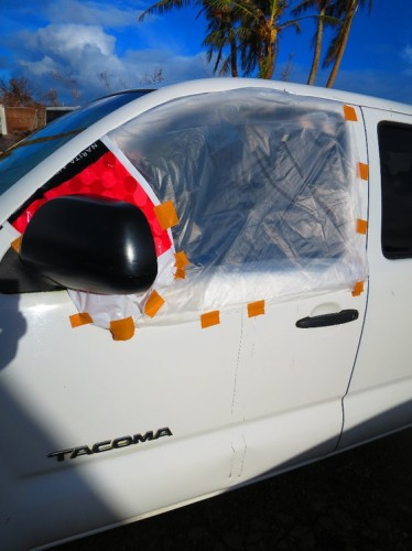 トシさん所有の車も窓ガラスが割れるなどの被害に