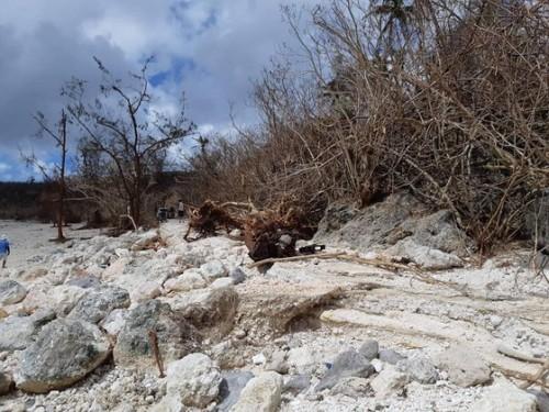 台風直後の海岸沿い、ビーチに繋がる道路。雨、風、波によって道路は破壊されていた