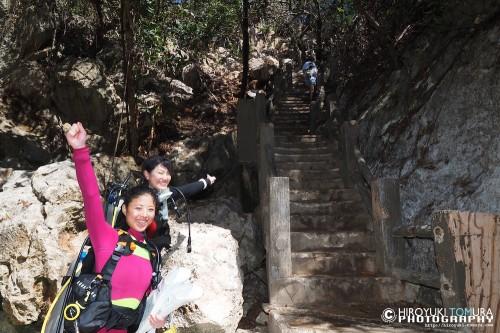 グロットの階段をなめてかかる2人