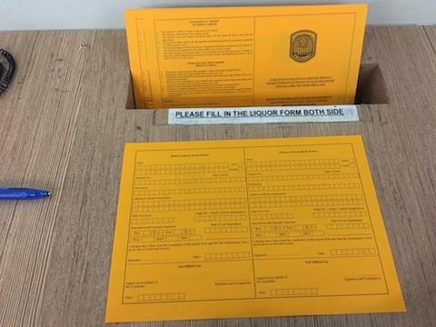 税関手前のカウンターに置いてあるオレンジ色の紙が申請書。ここに記入する。