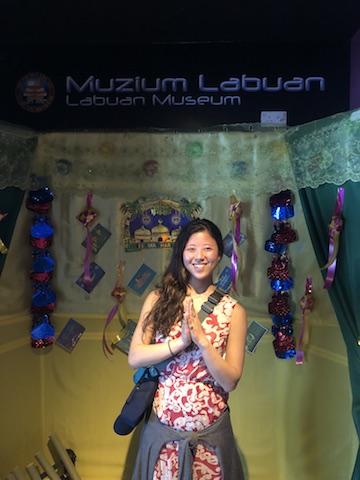 博物館の入り口で。