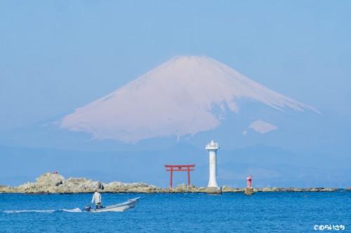 おすすめの陸の風景―裕次郎灯台と、森戸神社の鳥居越しの富士山!超絶景です!