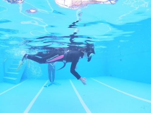 まずは水慣れと、水面や水中での姿勢から。これが大事!(撮影/むらいさち)