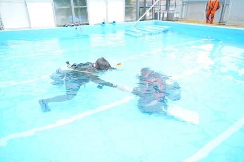 顔をつけたり浮いてみたり、潜ってみたりと徐々に水や器材に慣れていく(撮影/むらいさち)